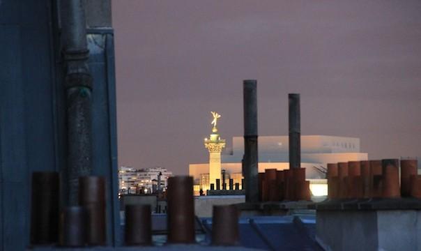 Le Génie de la Liberté au sommet de la Colonne de Juillet et l'Opéra Bastille