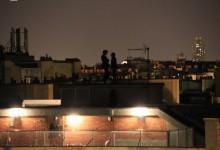 Conversation dans l'ombre de la nuit.