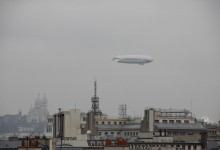 Un dirigeable survole Paris « embrumé ». An airship flies over a foggy Paris.