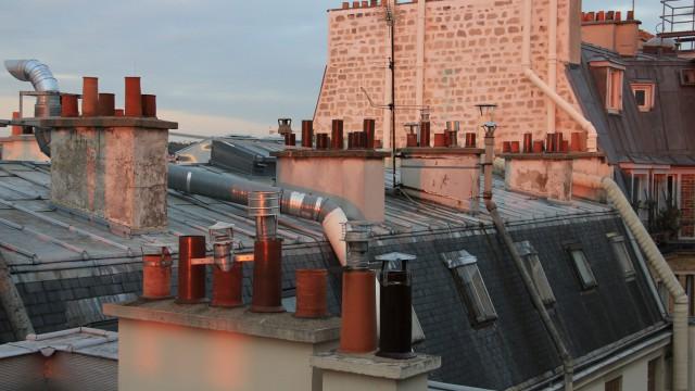 À la lumière du crépuscule, une débauche d'extracteurs d'air. In the twilight, an abundance of air extractors.