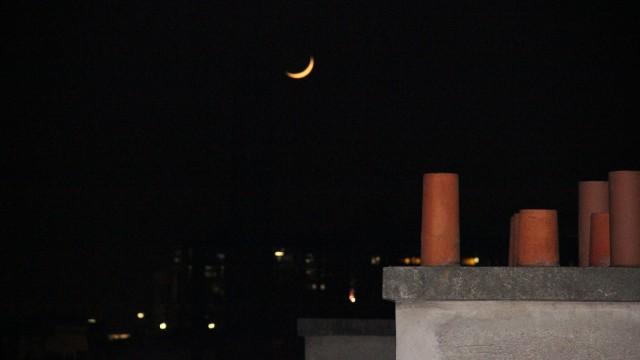 Cette noirceur, d'où apparaît un croissant de lumière. That darkness, from which a crescent of light appears.